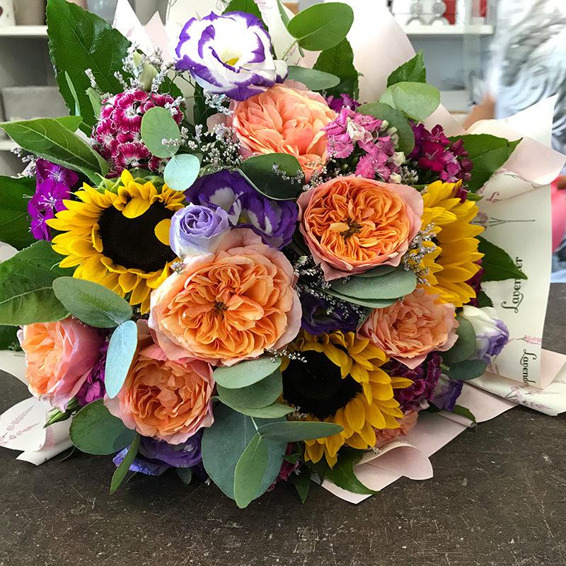 Bouquet con girasoli, elisantius, rosa inglese e garofano cinese