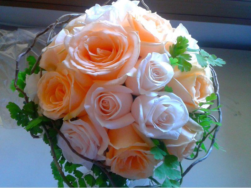Bouquet sposa con rose e capelvenere
