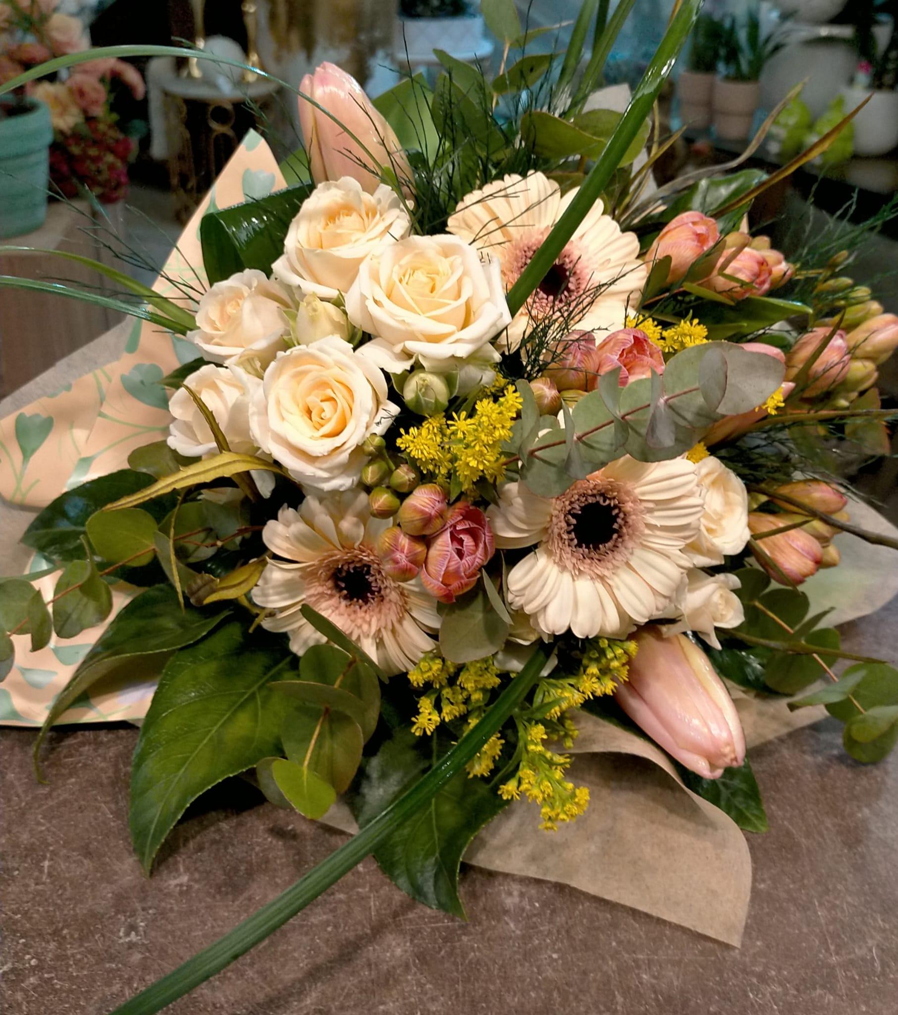 bouquet con Bouquet con Fresie, tulipani, gerbere.roselline a grappolo, solidago